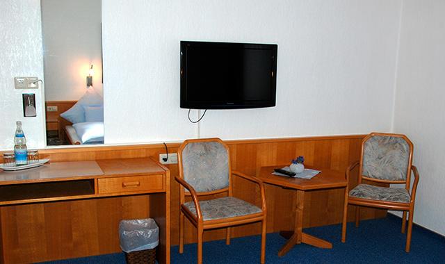 Hotelzimmer, Schreibtisch, Sitzecke & TV [Hotel room, desk, seating area & TV]